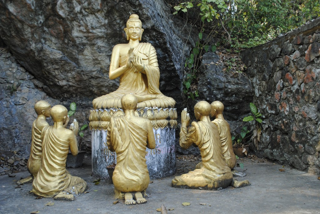 Statues on Mount Phou Si